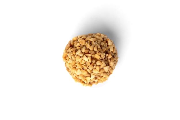 白に分離されたケーキ「ポテト」の振りかけナッツ。