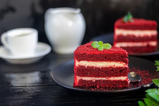 Торт красный бархат на двух белых тарелках, две порции.