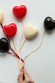 Торт в форме сердца в воздушном шаре