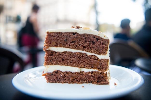 パリ、フランス、デザートの白いプレートにケーキのスライス。クリーム、食べ物とケーキ。誘惑、食欲の概念。デザート、食品、スナック、ペストリー。料理、メニュー、料理、レシピ