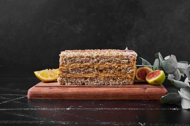 木製の大皿にケーキのスライス。