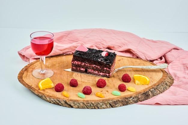 계절 과일과 함께 케이크 조각.