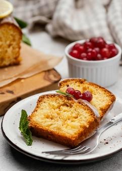 Fette di torta sulla piastra con frutti di bosco