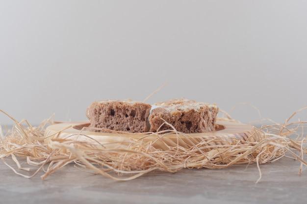 Fette di torta su un piatto di legno su marmo