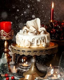 Торт с белым кремом и печеньем