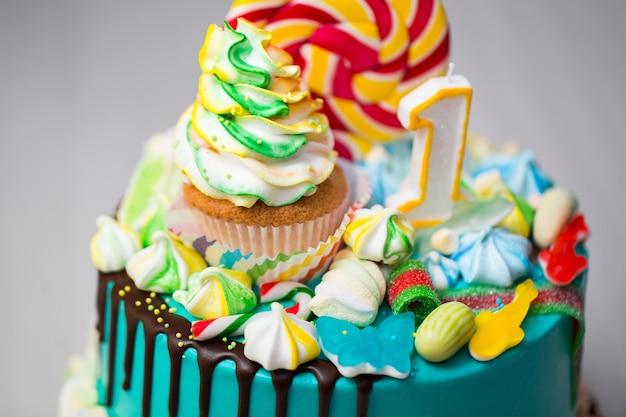 Торт бирюзово-голубой с клубникой, безе и конфетами