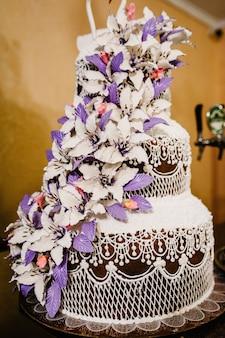 케이크, 웨딩 덩어리. 꽃. 달콤한 테이블. 디저트. 단맛. 부드러운 톤. 확대