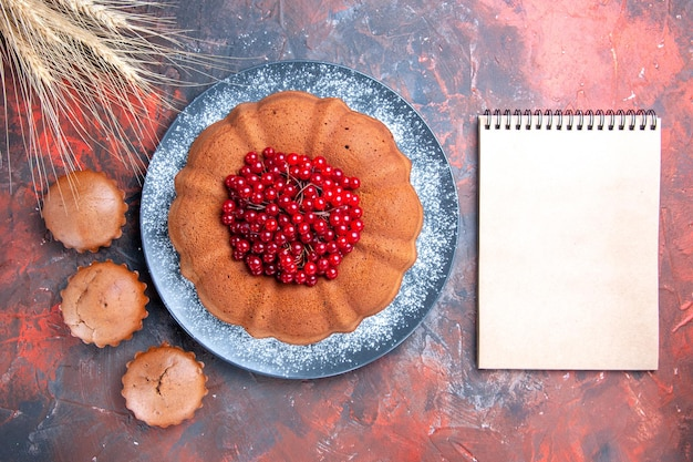 ベリーのケーキベリーのカップケーキと小麦の耳のノートブック