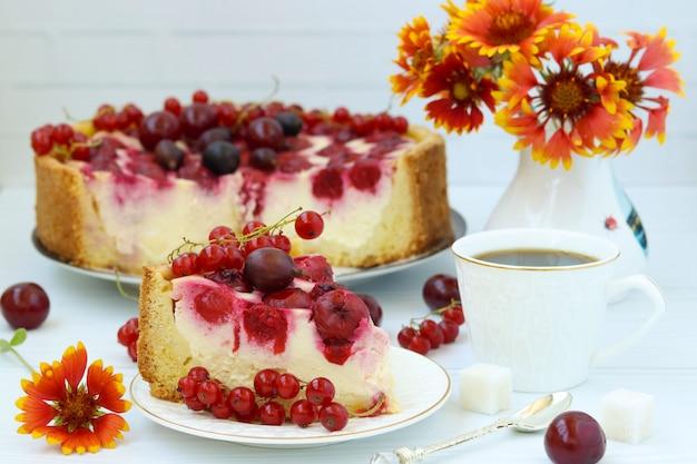 ベリーのケーキは皿の上にあります