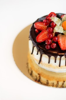 흰색 배경에 딸기가 있는 케이크