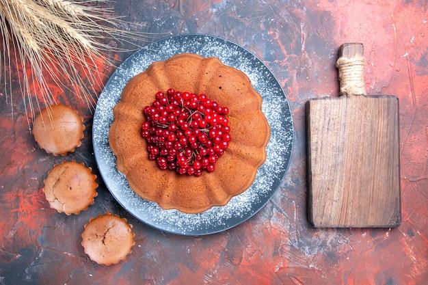 딸기 케이크 도마 딸기 컵 케이크와 밀 귀가있는 케이크