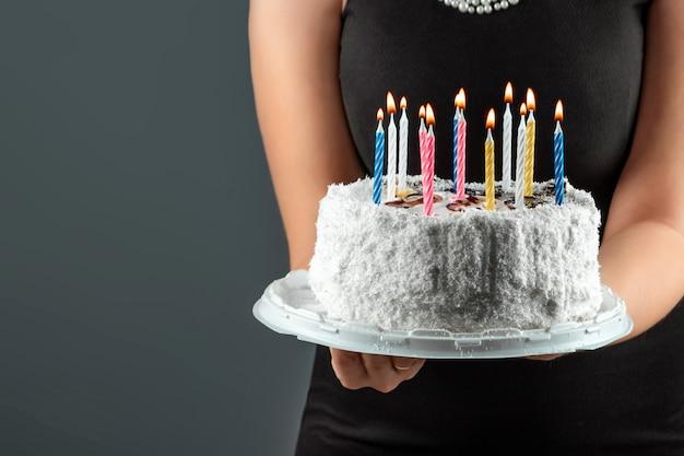 非常に熱い蝋燭のクローズアップとケーキ。お誕生日おめでとうお祝いお祝いパーティー記念日。コピースペース。