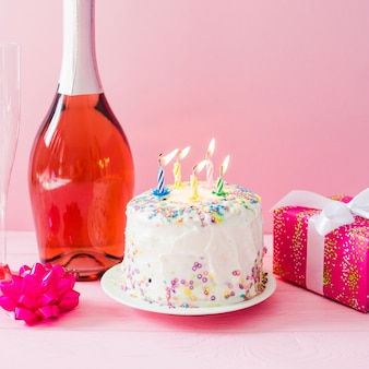 Торт со свечами и шампанским