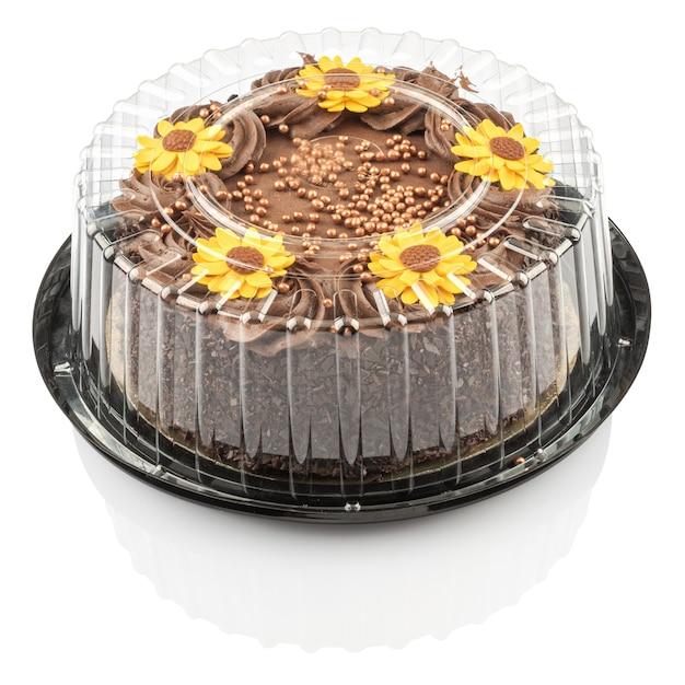 黄色い花で飾られたチョコレートクリームのケーキ