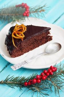 Торт с шоколадной глазурью и цукатами апельсиновой цедры