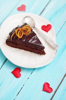 Торт с шоколадной глазурью с цукатами апельсиновой цедры