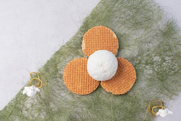 Torta con granelli di cocco sulla superficie verde