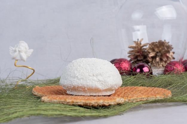 Торт с кокосовой стружкой на зеленой поверхности