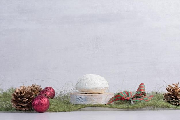 緑のテーブルにココナッツを振りかけるケーキ