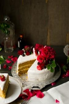 Торт с кремом и фруктами на тарелке