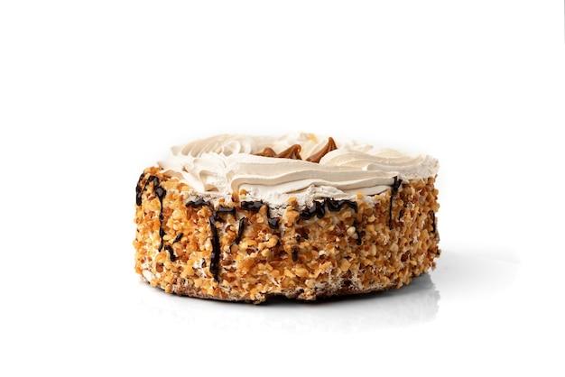 Торт с кремом и орехами, изолированные на белой стене.