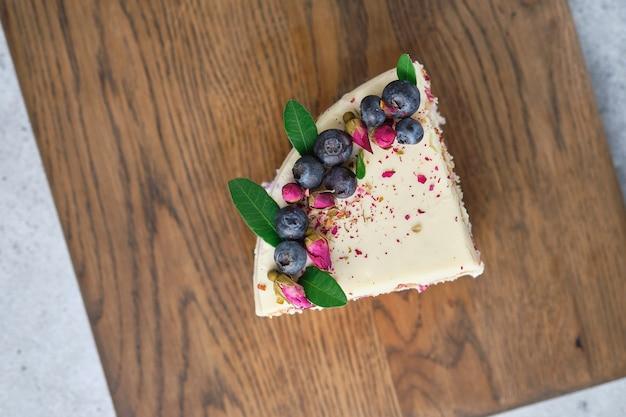 크림 치즈 무스 연유와 블랙 베리 퓌레를 곁들인 케이크