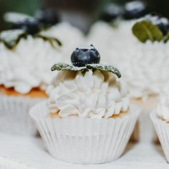 ブルーベリーとミントで飾られたクリームケーキ