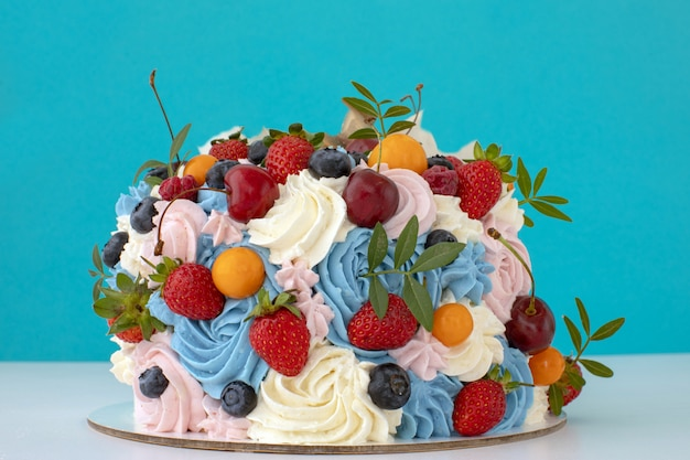 Cake with cream of mascarpone and fresh berries o