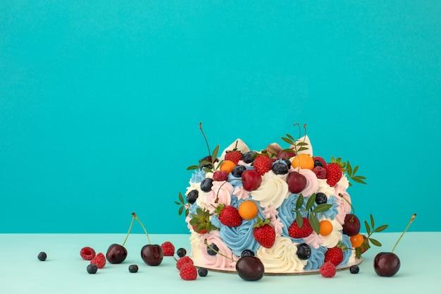 Cake with cream of mascarpone and fresh berries