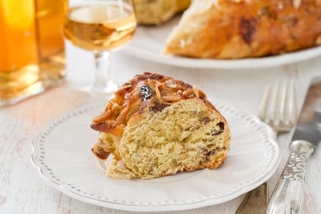 흰 접시에 마른 과일 케이크