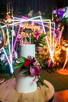 誕生日にお花を添えたケーキ