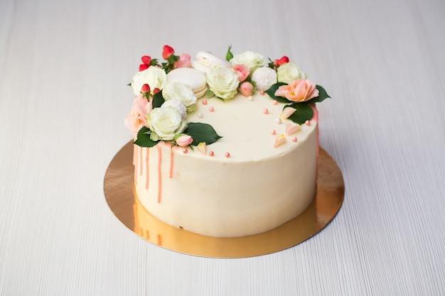 Торт с живыми цветами и макарунами