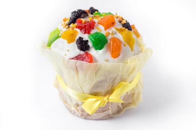 白い背景の上の粉砂糖とケーキ