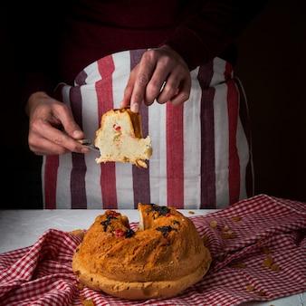 ナイフとぼろに人間の手でケーキ