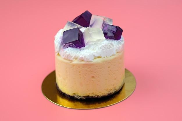 망고 수플레와 휘핑 크림을 얹은 건포도 젤리를 곁들인 케이크
