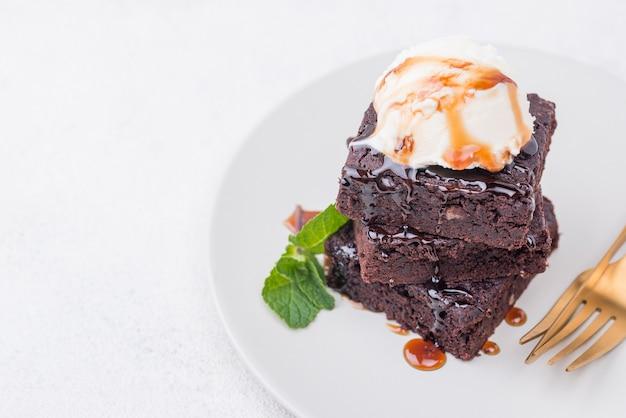 Торт с мятой на тарелке со столовыми приборами