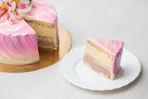 분홍색 장식과 꽃이있는 케이크, massovogo 케이크를 자른다.