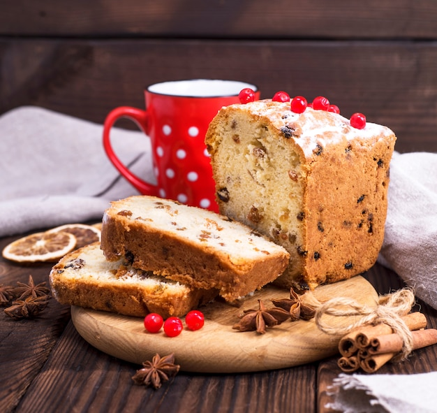 Cake with raisins and dried fruits