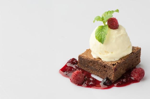 白い背景の上のラズベリーベリーとケーキ