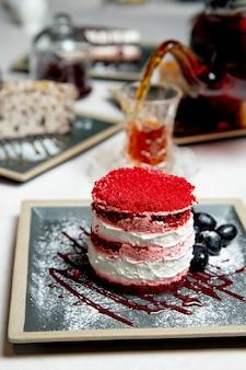 紅茶を添えて赤いトッピングケーキ