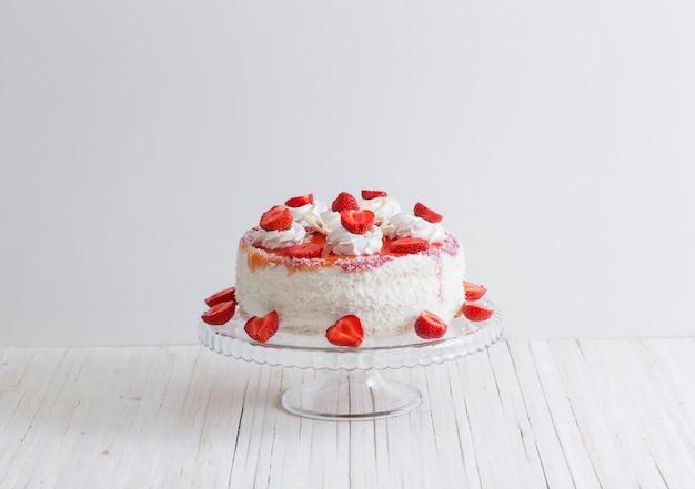 白い木製のテーブルにイチゴのケーキ