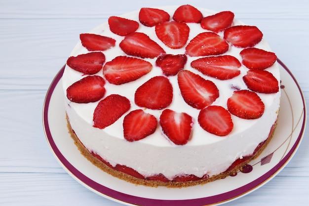 Торт с клубникой без выпечки