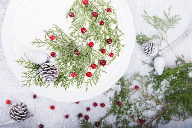 Торт с белым кремом рождество и новый год