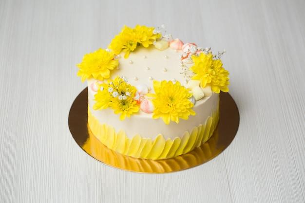 黄色い染み、黄色い菊、メレンゲのケーキ
