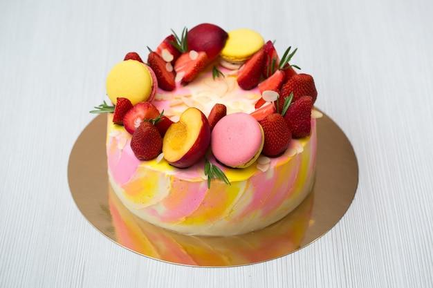 Торт с желтыми и розовыми пятнами, клубника, персики, миндальное печенье, розмарин