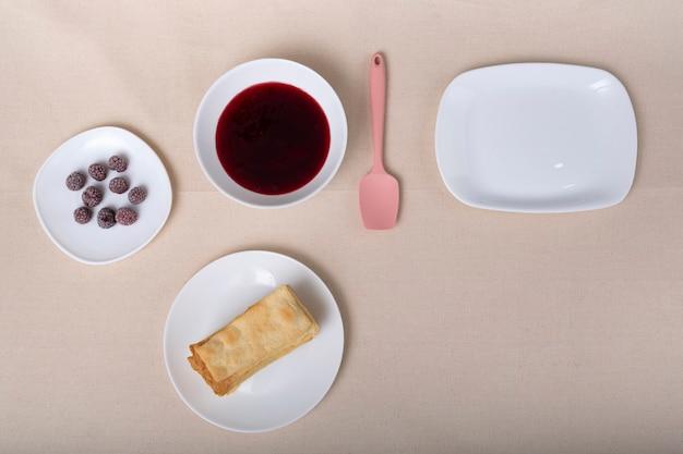 접시에 케이크, 딸기 및 과일 잼. 과일 케이크 재료.