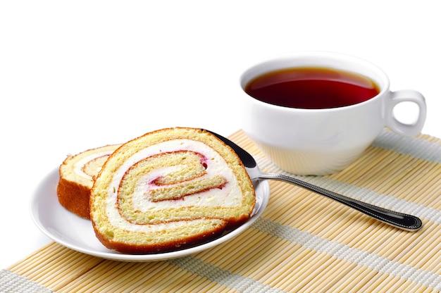 접시에 담긴 케이크와 차 한잔