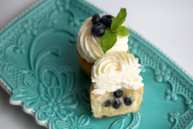 파란색 아름다운 접시에 케이크가 놓여 있습니다.