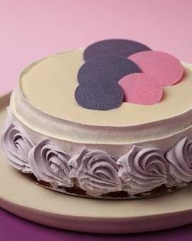 テーブルの上のケーキ