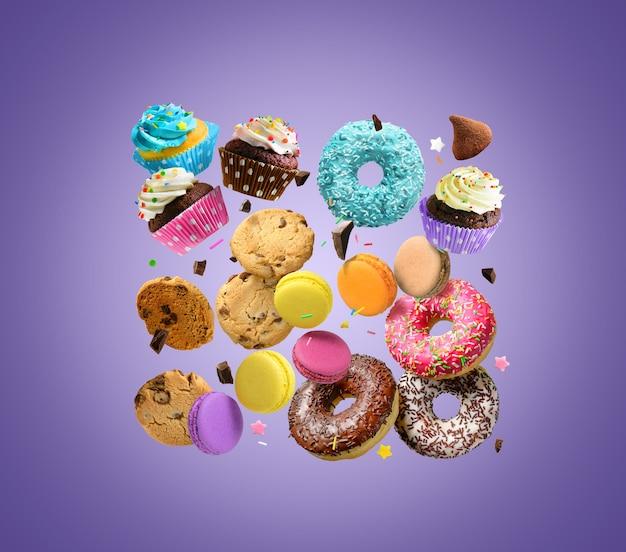 Торты, сладости, кондитерские изделия фон. пончики, печенье, кексы, миндальное печенье, летающие над фиолетовым фоном